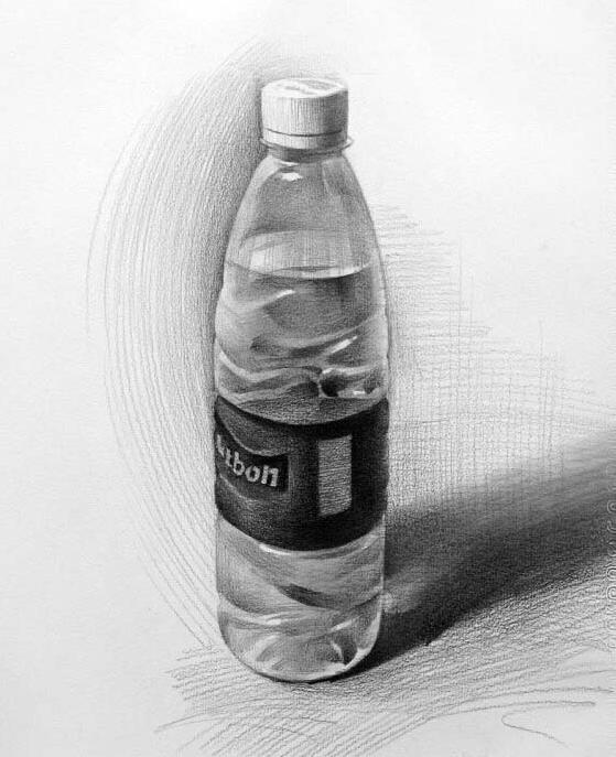 在画素描过程中矿泉水瓶是比较容易找到的素材,所以也是经常作为素描练习静物,考场上也经常遇到。 对于矿泉水瓶有的同学不知道该如何画,其实我们注意观察,抓住几个重点就很容易将矿泉水瓶表现的十分真实到位。 素描画好矿泉水瓶的技巧: 1.透明处的背景(画的模糊一些,表现出透明感)。 2.